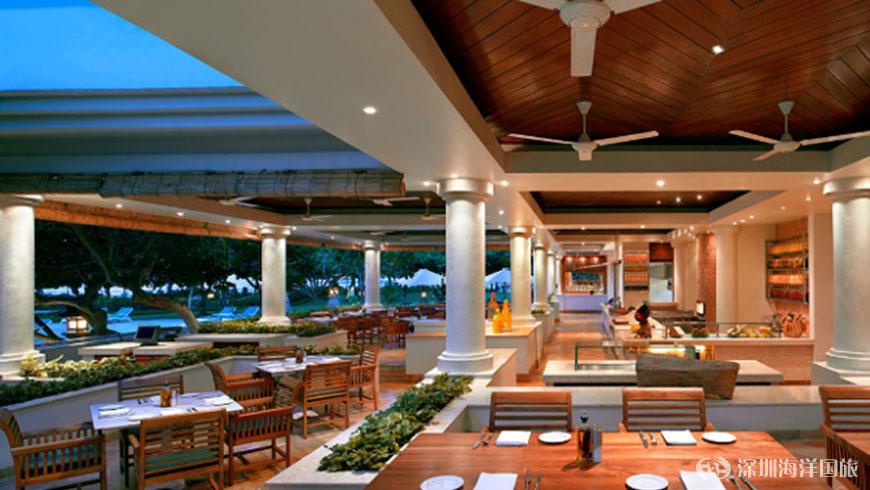 Garden Cafe,国际佳肴 窗体顶端 位于巴厘岛君悦酒店中心,毗邻大堂,花园咖啡馆服务一系列从亚洲到欧洲经典菜式。周围是瀑布和泻湖,使花园咖啡馆散发着璀璨的餐厅的感觉。 开始时间:6:3010:30 早餐6:3011:00 自助餐直到10:30 点菜直到11:00 中午11:006:00 晚餐6:0010:30 (最后的订单,晚上10:15)   Watercourt 餐厅,传统巴厘岛美食 watercourt餐厅巧妙地设计了巴厘风格餐厅,与传统建筑和宏伟的喷泉精心结合成巴厘传说中的水宫殿、
